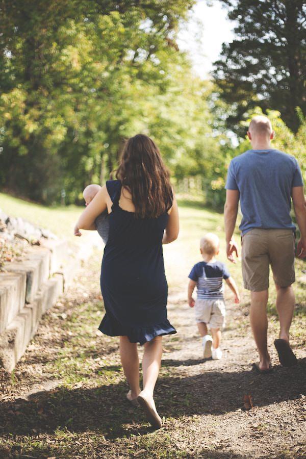 Australische Familie mit Muter, Vater und Kindern auf einem Weg