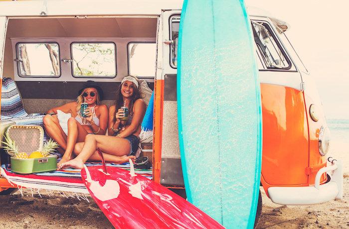 Zwei Mädchen mit Campingbus auf Worn and Travel in Australien