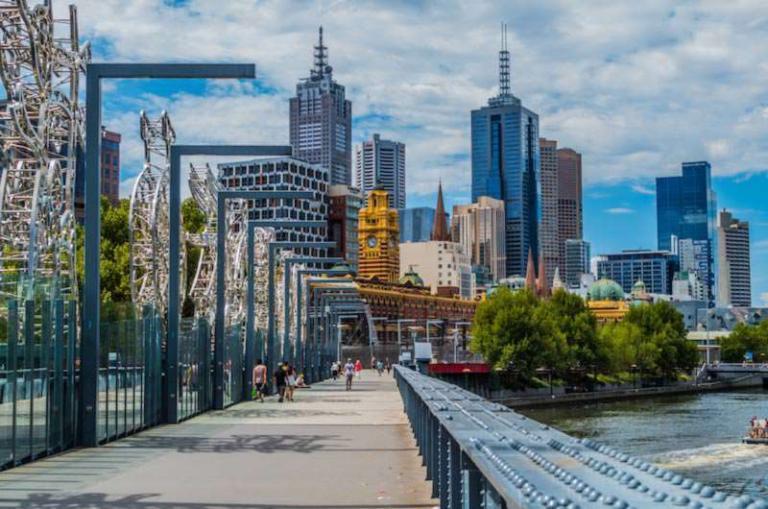 Blick auf Melbourne CBD mit Yarra River im Vordergrund,