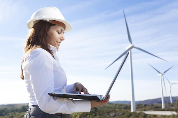 Arbeiten in Australien: Australische Ingenieurin vor Windpark